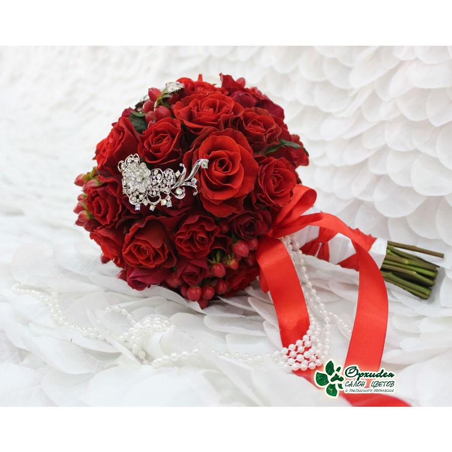 букет из алых роз